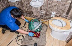 Владельцы загородных домов часто сталкиваются с проблемой засора канализационной системы. При систематическом использовании сливных отверстий (душевой бокс, унитаз, мойка, раковина) на стенках трубопровода скапливается мелкий мусор, жировые отложения, пищевые отходы, что становится преградой для полноценного функционирования трубопровода.